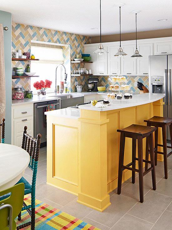armadi in stile rustico in bianco e giallo abbinati a un luminoso backsplash in piastrelle a spina di pesce e lampade a sospensione industriali