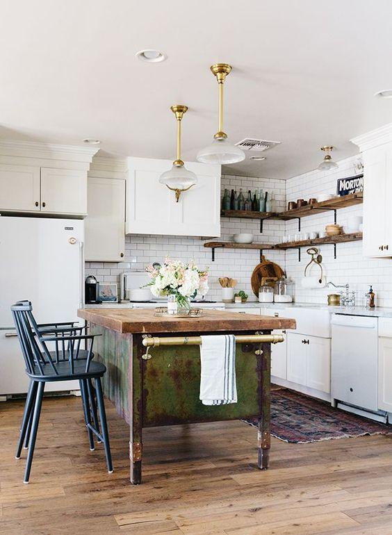 Armadi bianchi abbinati a un'isola da cucina in legno shabby chic e sgabelli blu vintage più raffinate lampade a sospensione