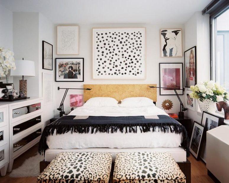 una camera da letto eclettica monocromatica con un'affascinante parete della galleria, due ottomani stampati con animali e cassettiere a specchio