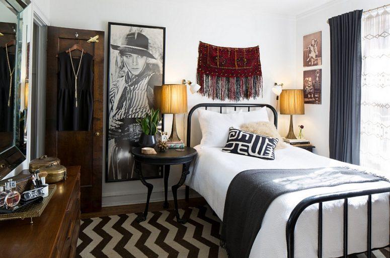 una piccola camera da letto eclettica che mescola boho e arredamento moderno della metà del secolo e con un elegante mix di bianco e nero