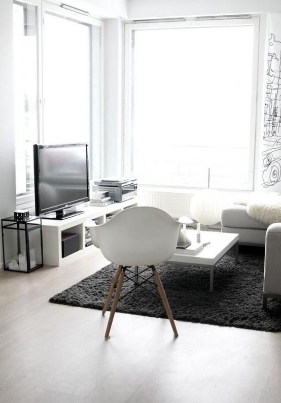 un soggiorno monocromatico minimalista con mobili bianchi laconici, finestre panoramiche, un soffice tappeto e un muro stampato