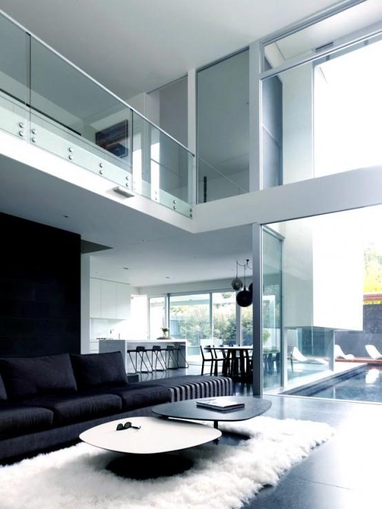 uno stile minimal e monocromatico soggiorno con un tappeto di pelliccia e tavolini laconici