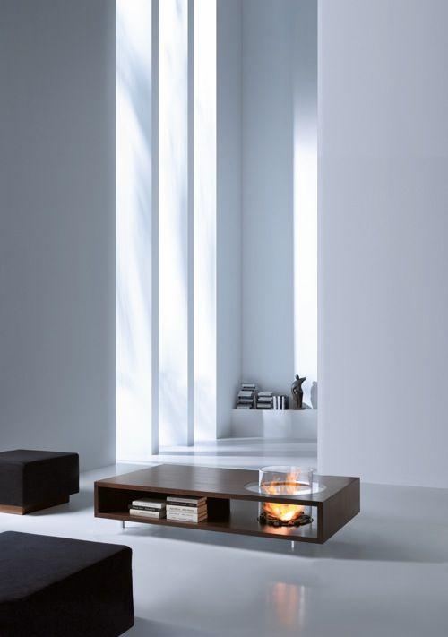 un soggiorno minimalista bianco puro con un tavolino da caffè con camino, una mensola e sgabelli imbottiti