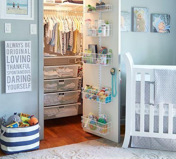 un armadio ben organizzato con cestini in filo metallico, scatole trasparenti in acrilico, appendiabiti