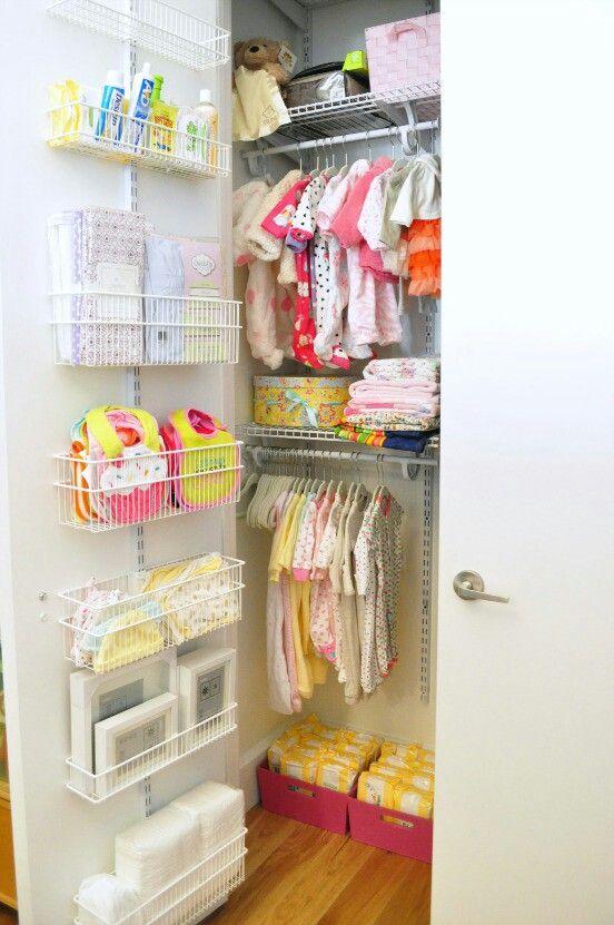 un armadio ben organizzato con cesti in filo metallico sulla porta, scatole e appendiabiti