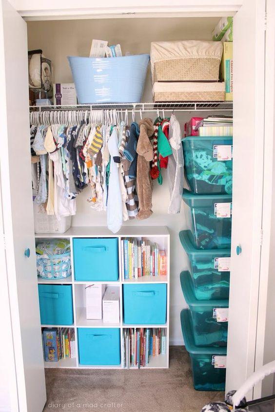 un armadio con tante grucce e un contenitore con vani a giorno e cassetti