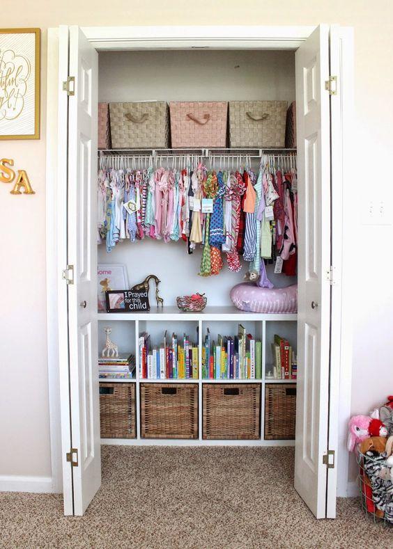 un armadio fatto di ceste e scatole intrecciate più appendiabiti è un'idea stilistica e molto accurata
