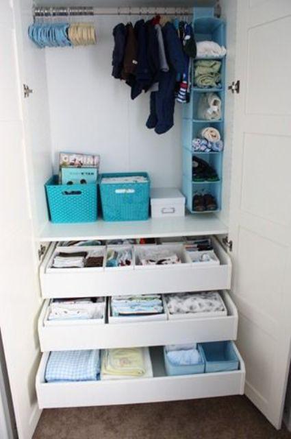 cassetti per riporre, alcune scatole e un contenitore a giorno in vari colori vivaci per organizzare i vestiti dei bambini