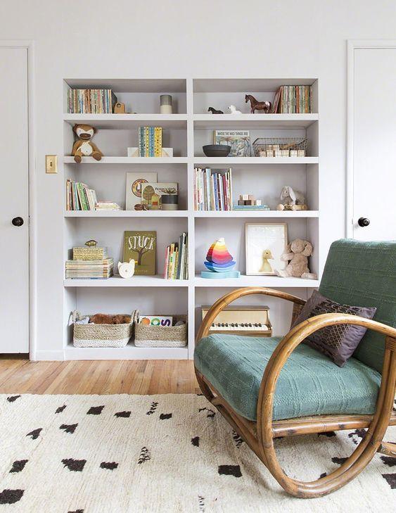 una libreria integrata ospiterà molte cose: da libri e giocattoli a tutto ciò di cui hai bisogno per il bambino