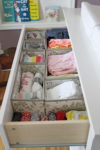 organizzare un cassetto con scatole di stoffa per riporre i vestiti e altre cose con comodità