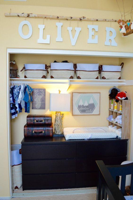 uno scaffale con una fila di scatole di stoffa per riporre tutti i tipi di cose