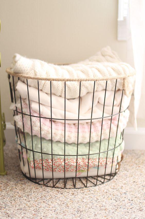 un cestello in filo è ideale per riporre tessuti, asciugamani e altre cose, che non sono molto piccole