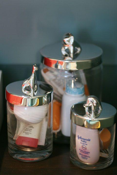 alcuni barattoli di vetro trasparente con coperchio ti aiuteranno a organizzare le piccole cose che hai