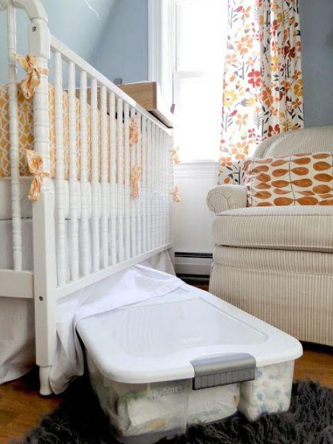inserire una scatola trasparente in acrilico sotto il letto del bambino per far funzionare il più possibile anche lo spazio sotto il letto