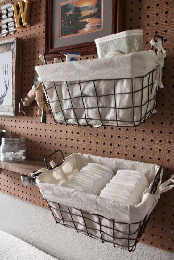 un pannello forato con cesti in filo rivestito di tessuto, con opere d'arte e monogrammi