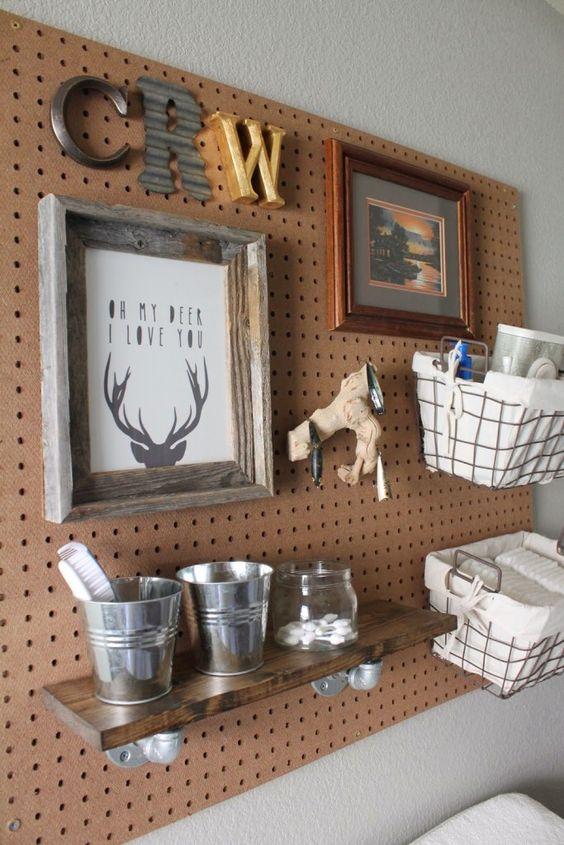 un pannello forato con cestini in filo metallico, una mensola e persino un po 'di arte è un bel pezzo da appendere sul fasciatoio