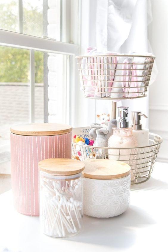 cestini in filo metallico e barattoli di vetro con coperchi in legno ti aiuteranno a organizzare tutte le piccole cose che hai
