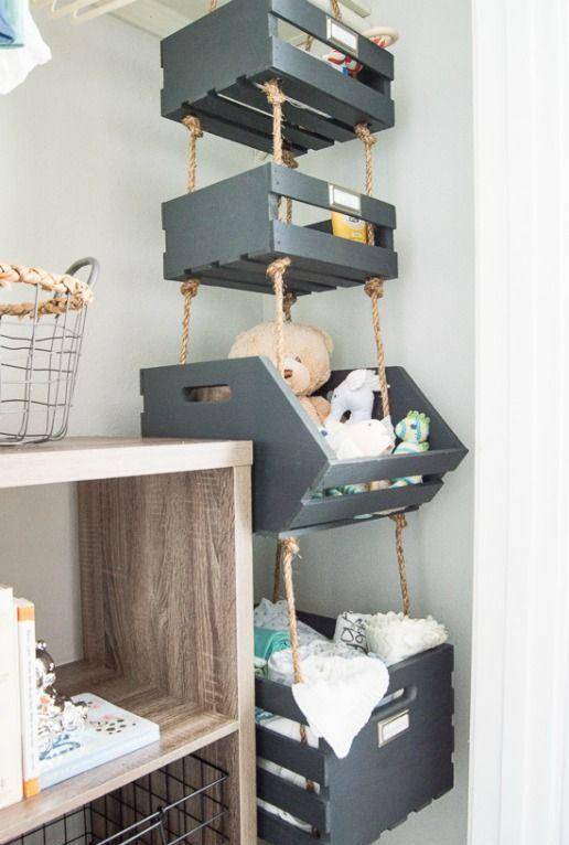 le scatole per pallet verniciate appese a funi nell'angolo forniscono molto spazio di archiviazione utilizzando lo spazio morto nell'angolo
