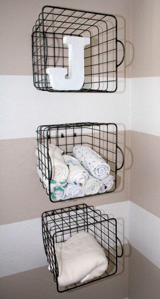 attaccare i cestini metallici al muro e riporre quello che ti piace al loro interno