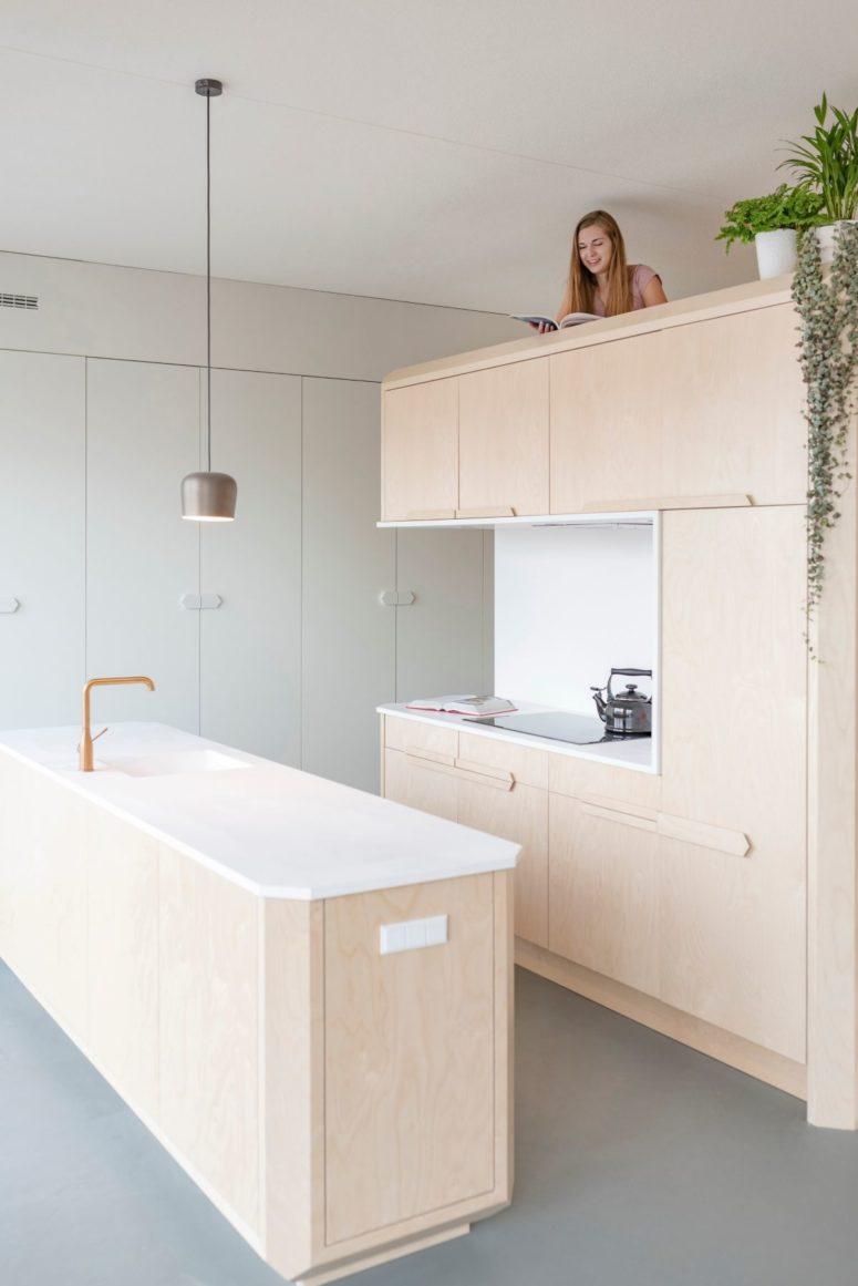 Lo spazio per dormire si trova in cima alla cucina ed è ancora molto privato