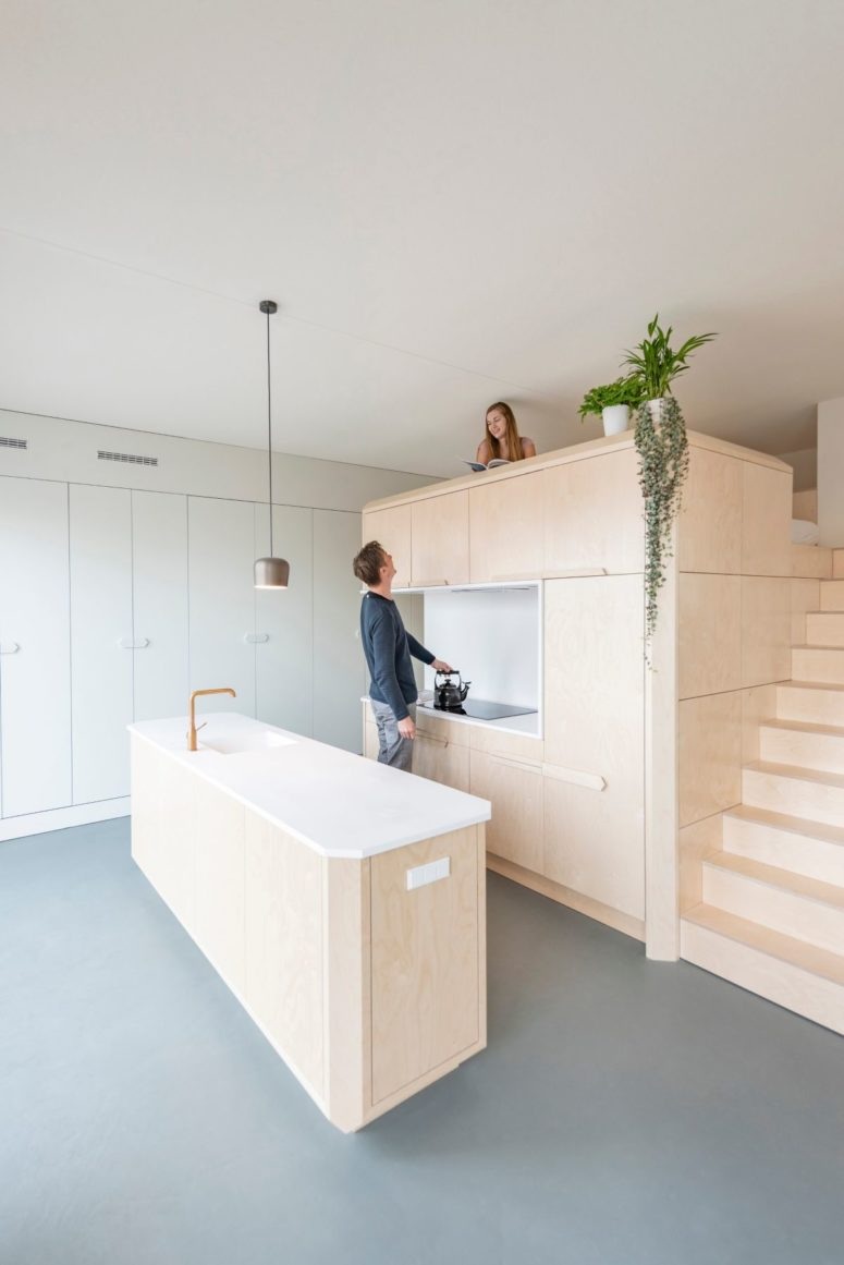 La cucina è realizzata con eleganti armadi in legno di colore chiaro, ripiani in pietra e mobili da cucina con molto spazio