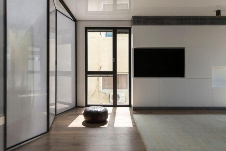 Le finestre dal pavimento al soffitto inondano lo spazio di luce naturale e consentono al proprietario di godersi il panorama