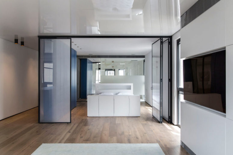 C'è anche un bagno integrato nella camera da letto e una grande unità blu elegante per l'archiviazione