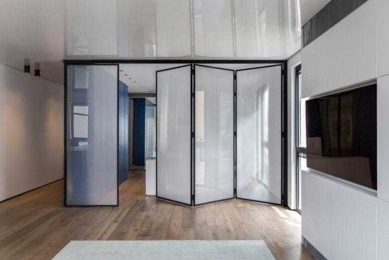 La camera da letto ha diversi divisori che possono funzionare come porte