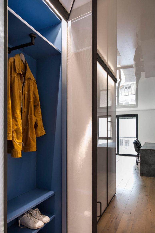 L'ingresso è fatto con un contenitore blu aperto con ante scorrevoli, un altro lato è nella camera da letto