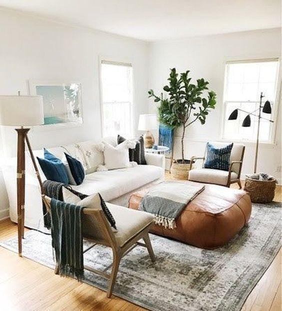 un divano comodo è sempre il fulcro di ogni soggiorno, basta disporre più sedie e sgabelli attorno ad esso