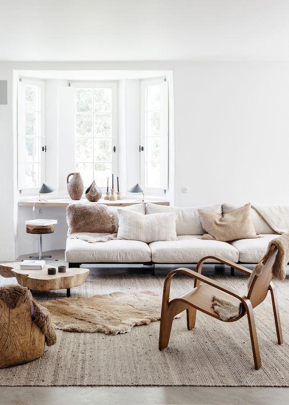 un grande e comodo divano posto davanti alla finestra non impedisce alla luce di entrare e un davanzale offre spazio per riporre gli oggetti