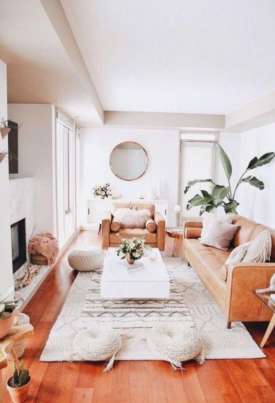 un elegante soggiorno in fattoria con un divano in pelle beige come elemento di arredo principale e più posti a sedere intorno