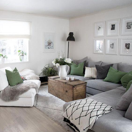 un grande divano componibile grigio consente di risparmiare molto spazio e non fa ingombrare i proprietari nella stanza con molte sedie
