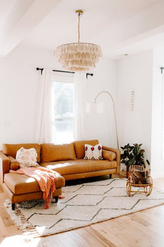 tale posizionamento del divano davanti alla finestra rende la lettura qui particolarmente comoda e fresca