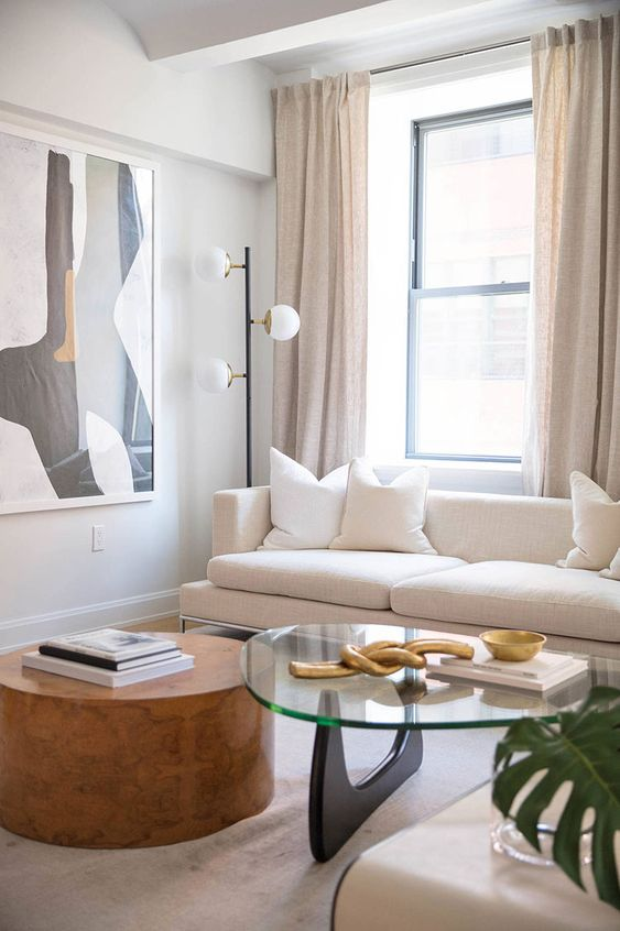 il divano è posto davanti alla finestra e grazie a ciò la zona di seduta è inondata di luce