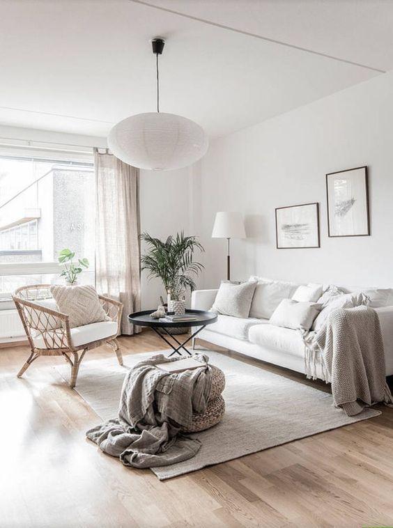 una sedia intrecciata posta davanti alla finestra non impedisce alla luce di entrare all'interno e non impedisce ai proprietari di godersi il panorama