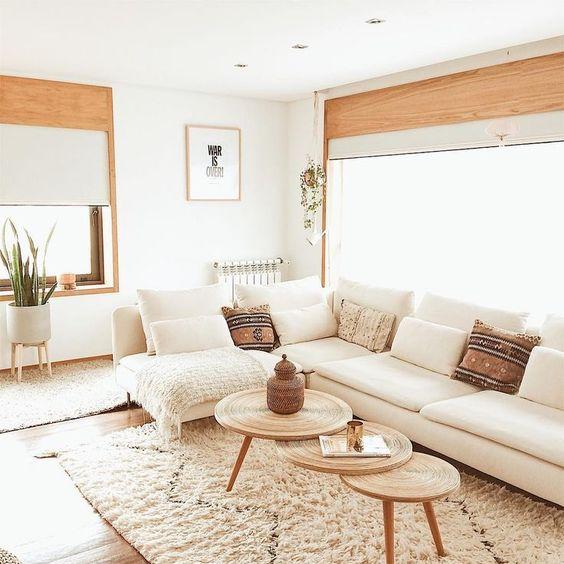un grande divano componibile cremoso davanti alla finestra è un'idea strategica che consente molta luce nella stanza