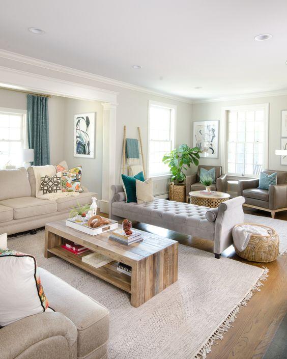 una camera familiare neutra con un elegante divano senza schienale e mobili eleganti neutri intorno sembra fluttuare in un'altra area