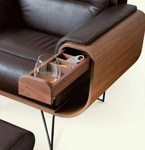 un piccolo cassetto nascosto nell'elegante divano imbottito in pelle è una bella idea per risparmiare spazio con stile
