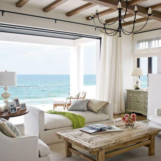 un divano neutro senza schienale è posizionato strategicamente per non impedire ai proprietari di vedute