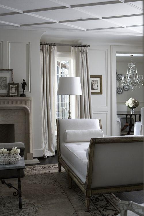 un divano senza schienale con braccioli alti aggiunge stile allo spazio e lo rende più raffinato