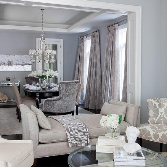 un divano senza schienale divide gli spazi senza soluzione di continuità e allo stesso tempo funziona come un vero divano