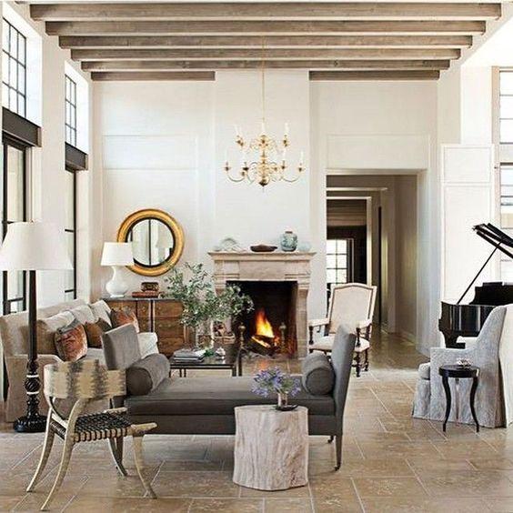 un paio di un normale divano con uno senza schienale per far sembrare la tua stanza più ampia e ariosa