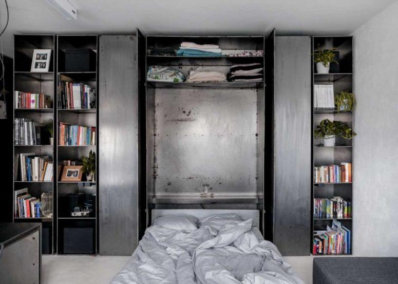 Questo mobile contenitore nasconde al suo interno un letto ribaltabile, il che significa massimo comfort risparmiando spazio