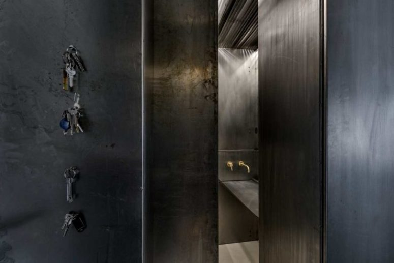 La maggior parte dell'appartamento è rivestita con metallo invecchiato per conferirgli un aspetto industriale