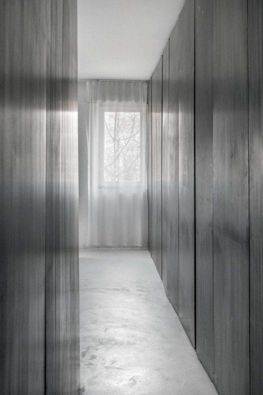 L'appartamento è pieno di luce e aria grazie a tende trasparenti