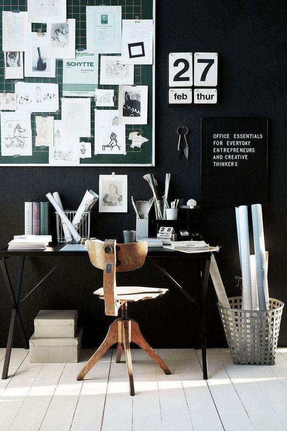 un ufficio in casa nero lunatico con pavimenti bianchi, un tabellone verde con nons, insegne in bianco e nero e una scrivania