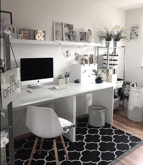 un semplice ufficio in bianco e nero con un tappeto stampato, mobili bianchi, uno scaffale in metallo