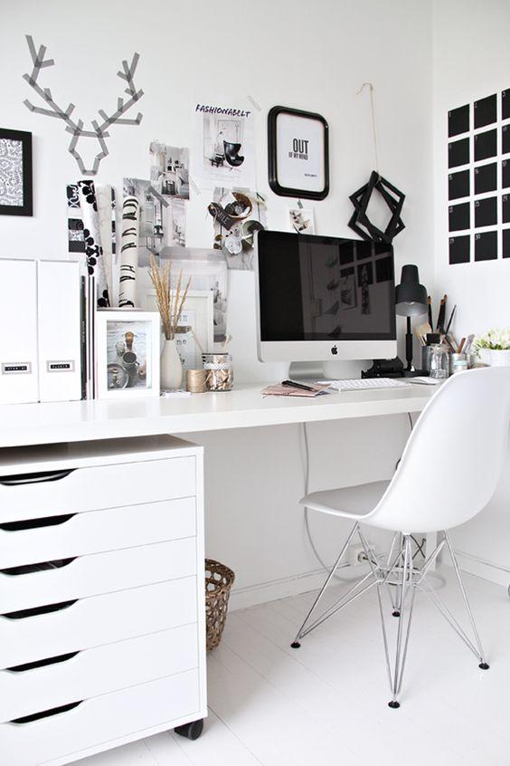 un ufficio in casa scandinavo fatto per lo più in bianco, con un tabellone nero e qualche tocco in più per un accento