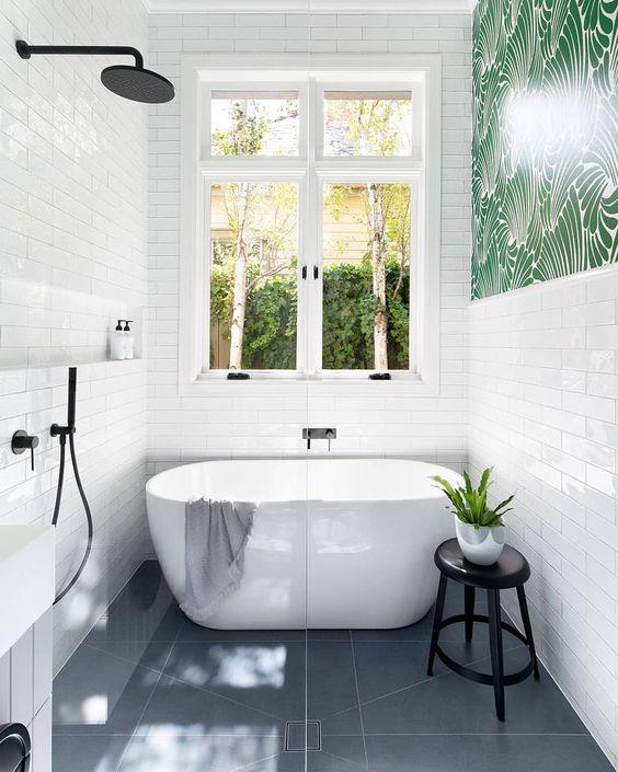un audace bagno contemporaneo con piastrelle bianche sottili, piastrelle grigie sul pavimento e hardware nero